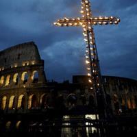 Meditaciones del viacrucis que el Papa Francisco presidirá el.Viernes Santo en el Coliseo.