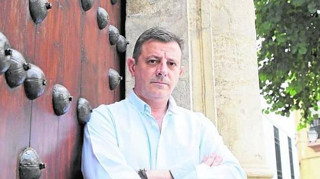 R. SERRANO Álvaro Martínez Moreno, en la puerta de la iglesia de San Juan
