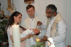 El P. Manjackal bautiza un niño en Eslovenia