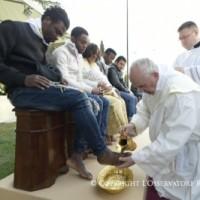El lavatorio de los pies nos muestra el modo de actuar de Dios para con el hombre