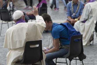 El Papa Francisco confiesa a varios jóvenes en la Plaza de SanPedro
