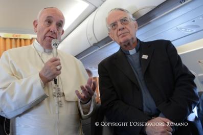 Palabras del Santo Padre Francisco a los periodistas en el vuelo Roma –Mytilene