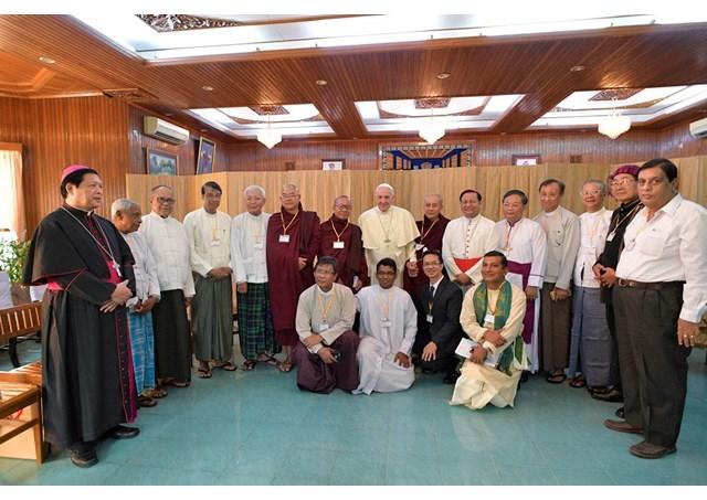 El-Papa-con-líderes-religiosos-en-Yangon-Myanmar.-Radio-Vaticano