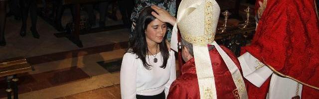 39197_una_joven_recibe_el_sacramento_de_la_confirmacion____hubo_116_000_en_2014_en_espana